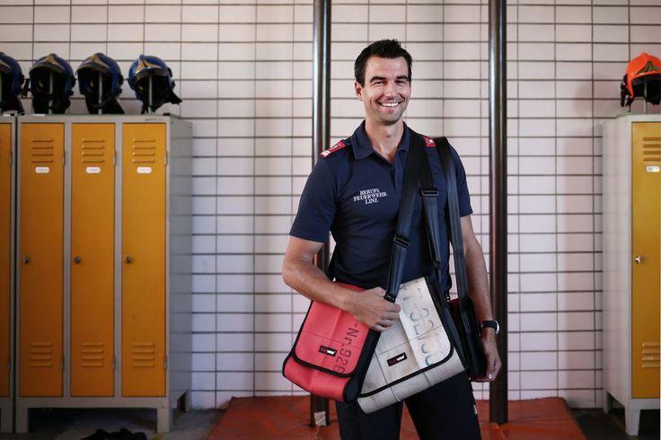 """""""Recycling-Taschen sind ein Statement"""" - Anthrazitfarbene Jacke, weißes Hemd, dazu rote Schuhe und eine knallrote Umhänge-Handtasche: Die Bilder im Kopf haben bei dieser Beschreibung wahrscheinlich weibliche Züge. Dass diese Kombination auch für Männer geht, beweist die deutsche Firma Feuerwear (feuerwear.de). Mehr dazu hier: http://www.nachrichten.at/nachrichten/society/Recycling-Taschen-sind-ein-Statement;art411,1521169 (Bild: Weihbold)"""