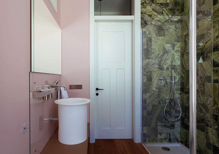 Современная и стильная накладная раковина для ванной комнаты. #раковина_для_ванной #современная_раковина #дизайн_раковины #стильная_раковина