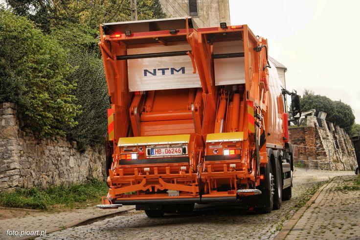 NTM KG2B dwukomorowa śmieciarka. Lewa strona przeznaczona jest do jednorazowego załadunku pojemników od 110 do 360 litrów lub kontenerów 660 do 1100 a prawa do koszy od 110 do 360 litrów. Dwa urządzenia zasypowe mogą pracować niezależnie a odpady trafiają do odseparowanych od siebie komór. Model NTM KG-2B ma także osobne płyty prasujące w odwłoku i wypychowe w podzielonym na dwie części zbiorniku 70/30 co pozwala na zbiórkę i wyładunek różnych frakcji.