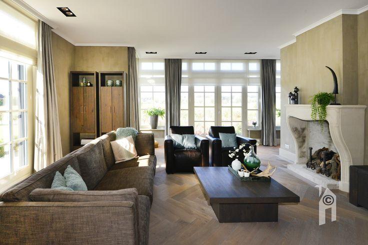 Ruime woonkamer met veel licht