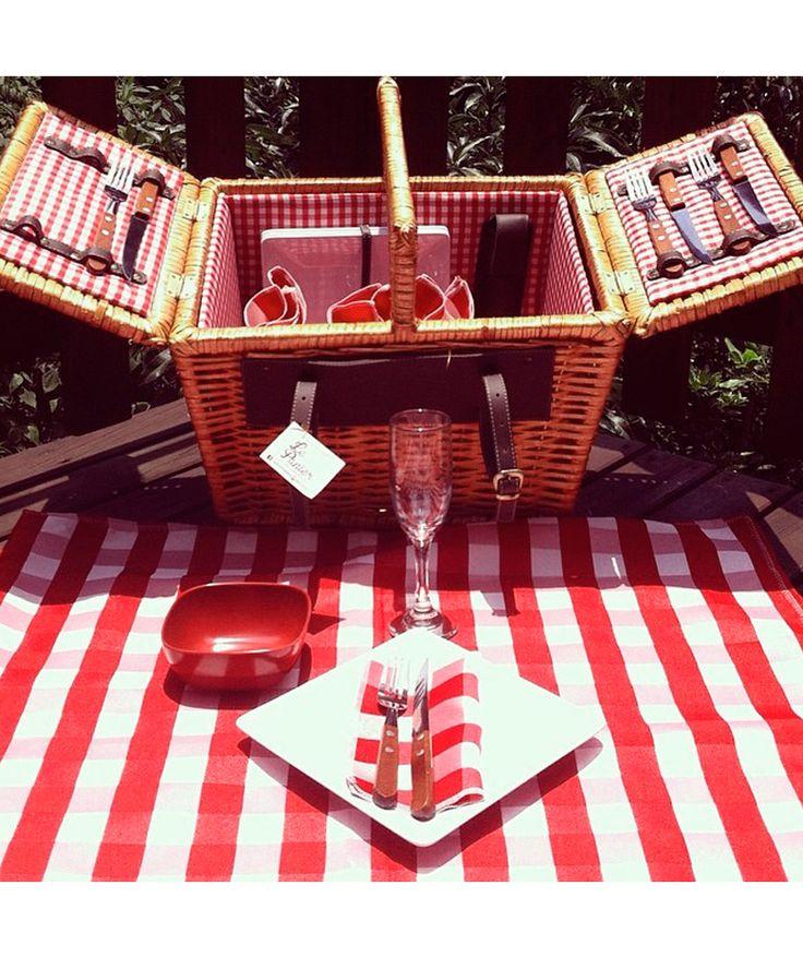 Canasta 4 Puestos Rojo - Incluye: 4 platos, 4 tenedores, 4 cuchillos, 1 sacacorcho, 4 servilletas de tela, 1 mantel y 4 copas. $425.000 COP (Envío gratis). Cómprala aquí--> https://www.dekosas.com/productos/le-panier-canasta-picnik-4-puestos-rojo-detalle