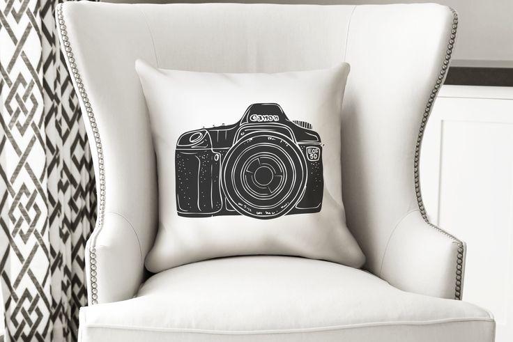 Para los amantes de la Fotografía - Cámara Canon  El cojín está hecho en tela sublimada de alta calidad, impreso por un lado, tiene un cierre invisible para que la puedas lavar. Incluye inserto suave y cómodo.  Recomendada para interiores.  Medida 40 x 40 cms.