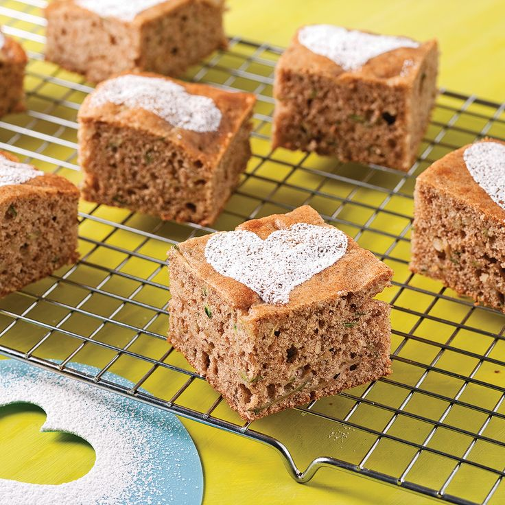 Craquez pour ce croquant gâteau aux noix et à la courgette! Amandes, pacanes et noix de Grenoble forment une combinaison soutenante à souhait pour apaiser les p'tites fringales. La courgette râpée s'intègre ni vu, ni connu à cette gâterie d'à peine 206 calories.  Valeur nutritive : 206 calories ; matières grasses 16 g ; sucre 17 g ; fibres 2 g.