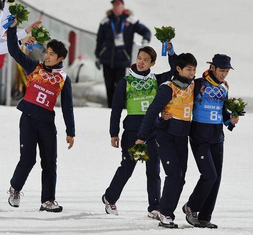 【スキー男子ジャンプ団体】足を痛め、葛西紀明(右端)の肩を借りながら引き上げる伊東大貴(右から2人目)。同3人目は竹内択、同4人目は清水礼留飛=ロシア・ソチのルスキエゴルキ・センターで2014年2月17日、木葉健二撮影