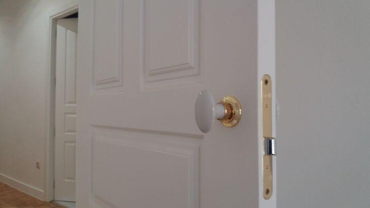 Detalle de puerta abatible lacada.