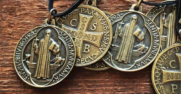 Si usted no aún no tiene una medalla de San Benito, le recomiendo conseguir una, es como el chaleco a prueba de balas de los sacramentales