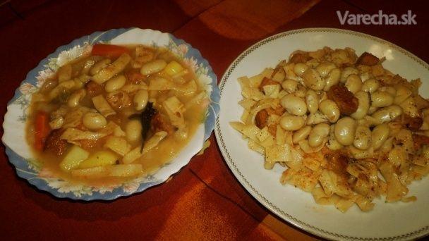 Babičkin obed z bielej fazule, rezancov a opečeného chlebíka