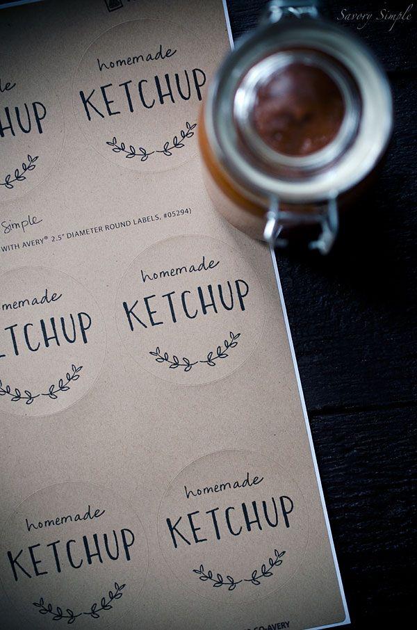 Tomato Ketchup Rhabarber ist eine perfekte hausgemachte Sauce, die Saison zu feiern.  Rhabarber fügt einen würzigen Süße.  Beitrag beinhaltet kostenlose druckbare Etiketten!