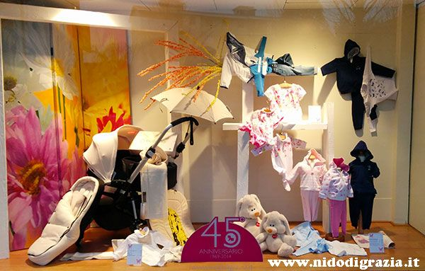 Vi piacciono le nostre vetrine dedicate alla #primavera in #famiglia? Vi aspettiamo in negozio www.nidodigrazia.it #pasqua #abbigliamento  #bambini