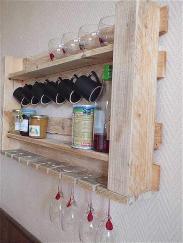 Prateleira de pallet http://homensdacasa.net/5-dicas-para-cozinhas-pequenas/