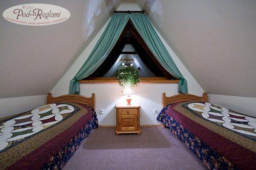 Pokój nr 6 - 2 łóżka pojedyncze oraz dwuosobowa rozkładana sofa, bez balkonu  http://www.podreglami.pl/zakwaterowanie/pokoje-2-osobowe.html