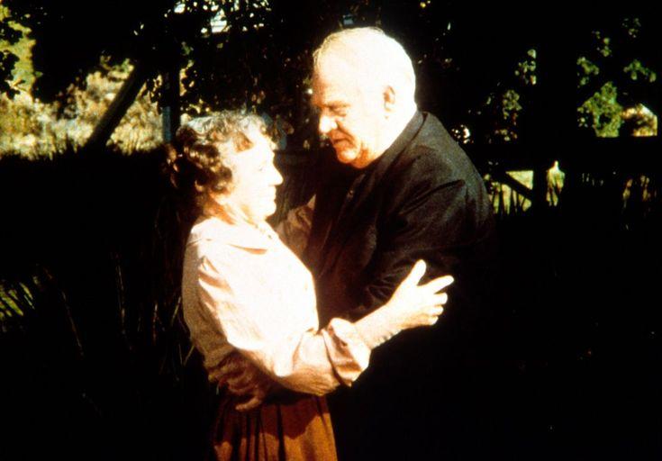Reverend Alden (Dabbs Greer, r.) stellt Anna Craig (Iris Korn, l.) zur Rede....