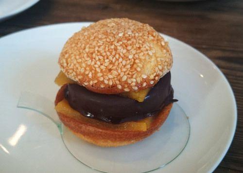 Burger sucré par Laurent Favre-Mot, l'iconoclaste pâtissier/traiteur qui secoue Marseille ! http://www.cookmyworld.com/2014/12/laurent-favre-mot-l-iconoclaste-patissier-traiteur-qui-secoue-marseille-7.html #burger #pâtisserie #pornfood #marseille