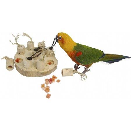 Hoe slim is uw vogel. Ontdek hoe kromsnavels lekkers ontdekken met dit avontuurlijk spel. Onder ieder pionnetje kunt u wat lekkers leggen of juist bij een paar.  Gemaakt van het oersterke Javawood. Geschikt voor kleine- en grote parkietachtigen en kleine tot middelgrote papegaaien.  Ongeveer 15 cm breed  De Bird Pad is een natuurlijk product en gemaakt van java-hout. Deze kan dus barsten bevatten, dit is juist een teken dat het hout droger en dus nog harder en sterker is.