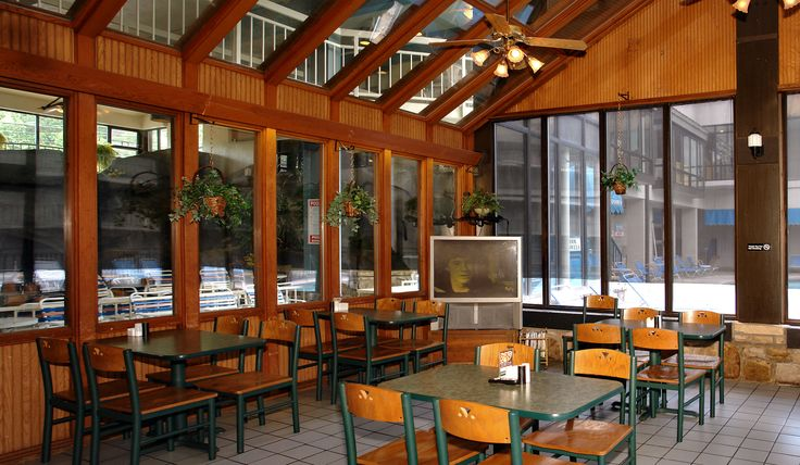 4 Reasons to Take Advantage of the Poolside Cafe at our Hotel in Gatlinburg