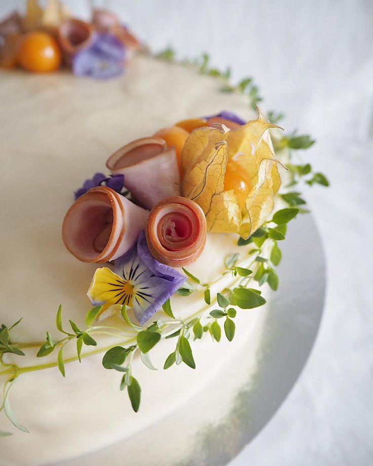Yo-juhliin kinkkuvoileipäkakku  #yojuhlat #ylioppilasjuhlat #ylioppilas #kinkkuvoileipäkakku #voileipäkakku #sandwichcake #kinkku #ham #keväänjuhlat #springparty #kakunkoriste #cakedecorating #instacake #ihanitsetehty #leivojakoristele #unelmakakut #suolaisetherkut #syötävätkukat