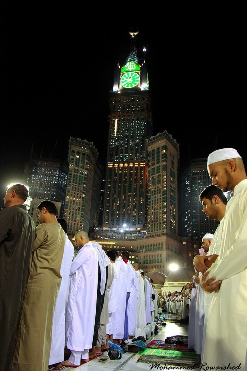 quranclub:    Men Praying at Masjid al-Haram in Makkah, Saudi Arabia | IslamicArtDB