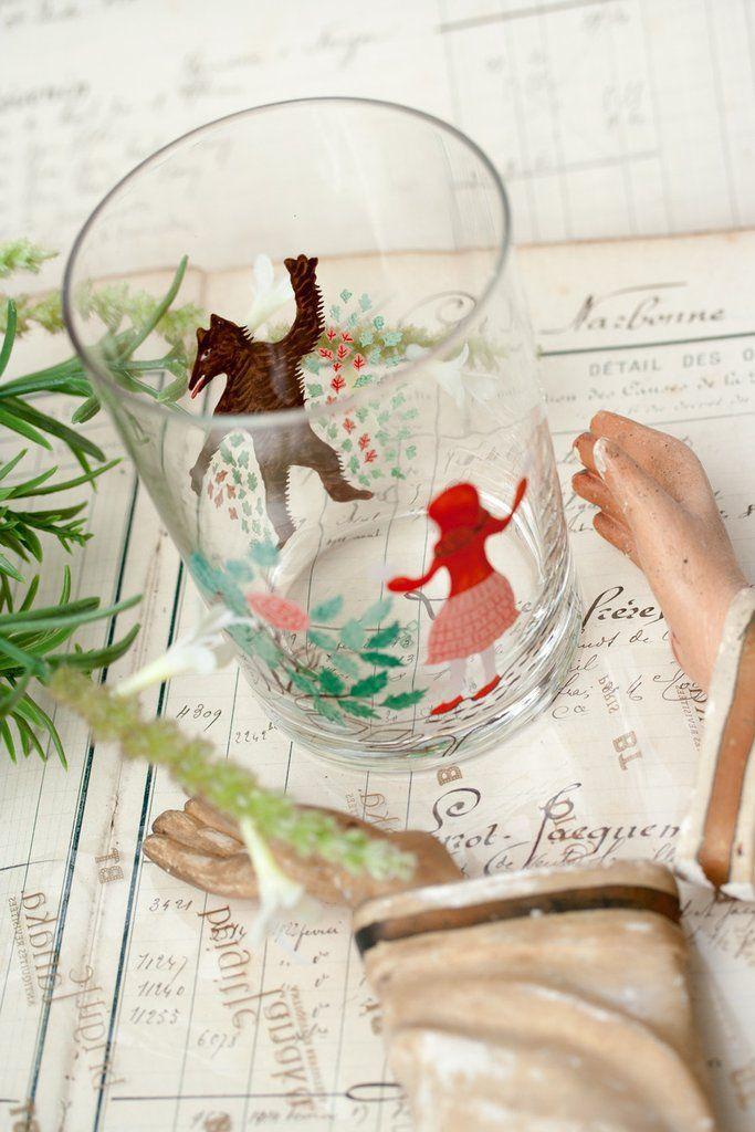 Verre chaperon rouge D-bros  D-Bros, marque Tokyoïte, conçoit des objets design & fun comme ce verre à l'effigie du Chaperon Rouge de Charles Perrault.