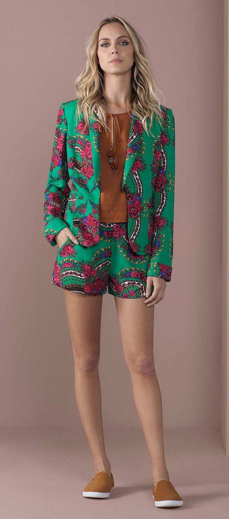 blazer estampado floral shorts estampado floral blusa com amarracao peito tenis sem cadarco camurca
