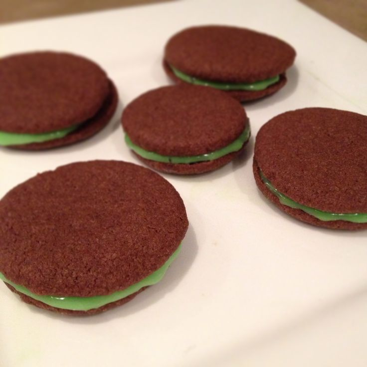 Chocolate shortbread macarons with mint ganache