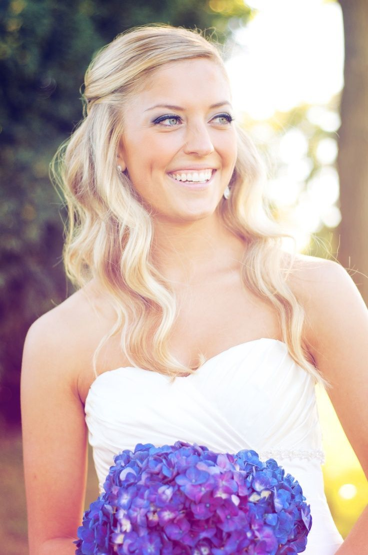 Die meisten Menschen scheinen für Hochzeiten gewelltes oder lockiges Haar statt glattem Haar zu wählen. Wir lieben die subtilen Wellen hier sowie den halb hoch halb runter Look. Wir...