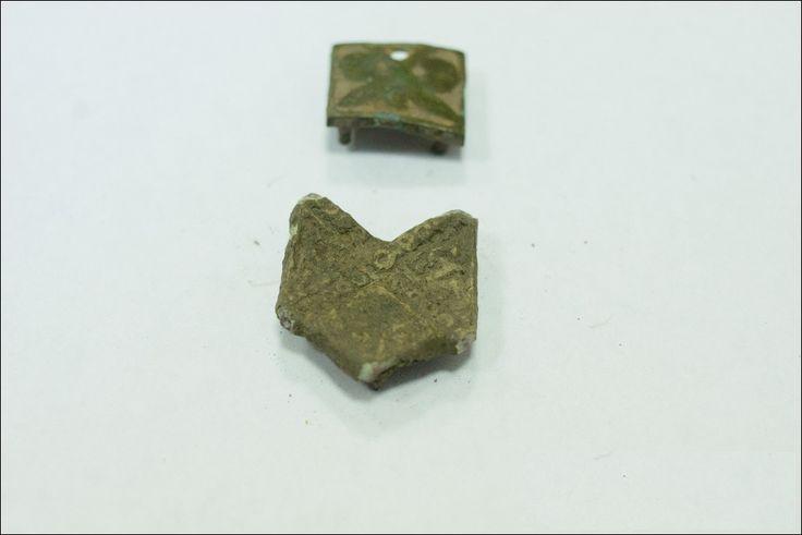Estos elemsentos corresponden a los siglos VIII-IX en Fort. A una profundidad de 60 cm, se encontró parte de la joyería, cruces, gota, suspensión plata fragmento es probablemente parte de los anillos temporales, follis de cobre (moneda) del emperador bizantino León VI,  y almohadillas de cinturón, fichas-pesos escandinavos, monedas y botones de los siglos IX-X, lingotes de metales no ferrosos. (Belarús)