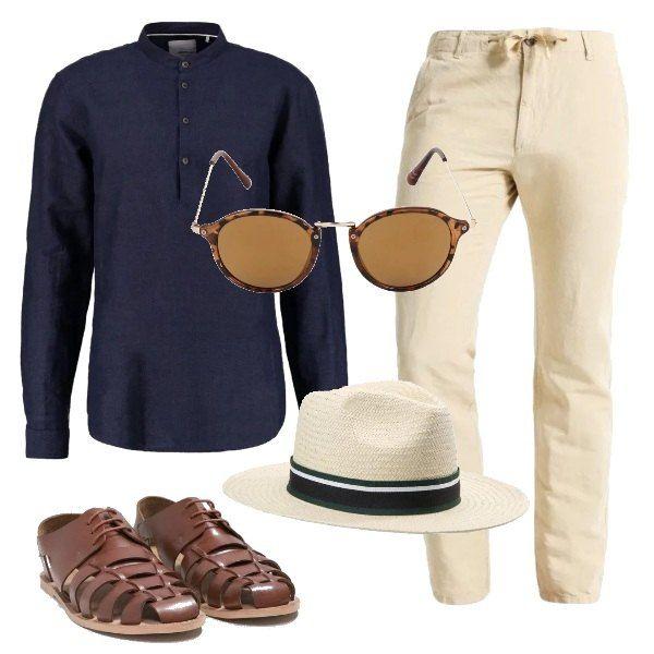 Un paio di pantaloni in lino beige, con coulisse in vita vengono abbinati ad una camicia blu con collo alla coreana. Le scarpe sono dei sandali marroni, ai quali si aggiungeranno, per completare la proposta, un paio di occhiali da sole con montatura marrone e un cappello panama.