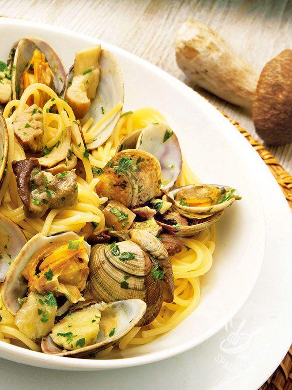 Spaghetti with clams and mushrooms - Gli Spaghetti alle vongole veraci e porcini sono una delizia del mare e del bosco! Per aggiungere un tocco nuovo provate a profumarli con lo zafferano. #spaghettivongoleporcini