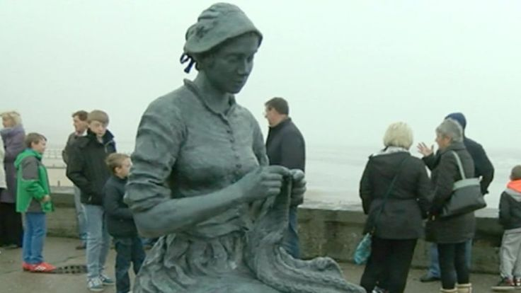 A sculpture honouring fishing families from an East Yorkshire town is unveiled on a pier.