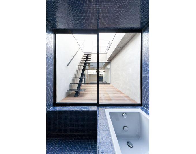 浴室と主寝室に挟まれたデッキテラス