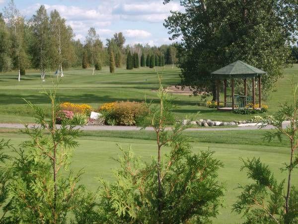 Club de Golf de Gentilly - Terrain de golf 18 trous (6 300 verges, normale 72) bordé de lacs et de sous-bois. Champ et vert de pratique. Boutique du Pro. Restauration sur place, salle de réception ouverte à l'année, terrasse couverte, forfaits disponibles.