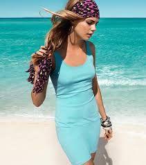propuesta vestido caminando sobre la arena a orillas del mar
