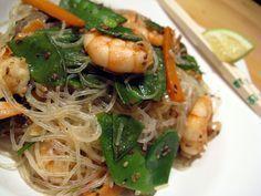 Thai-Glasnudeln mit gebratenem Gemüse, Garnelen und geröstetem Sesam - orange küche