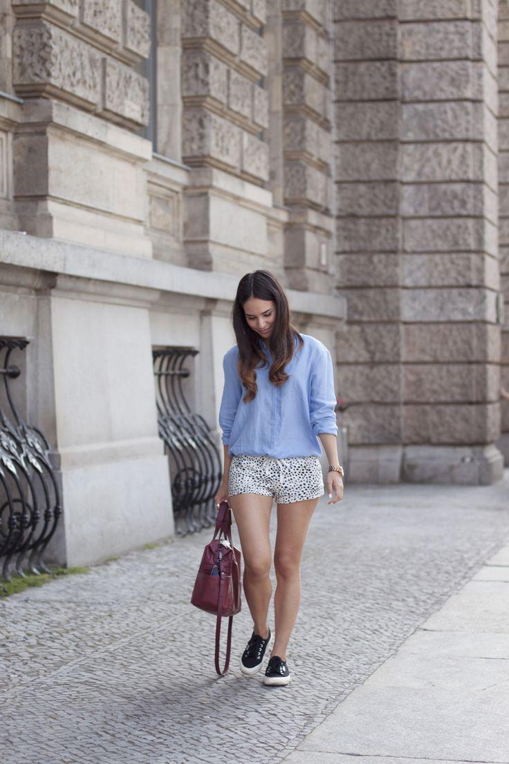 Outfit with Dalmatian Print Shorts Hellblaue Bluse (ZARA) » Shorts mit Dalmatian Print (Topshop) » schwarze Sneakers (Superga) » Große Tasche in Burgundy (ZARA) » Roségoldene Armbanduhr (Marc By Marc Jacobs) » Sonnenbrille (Prada)