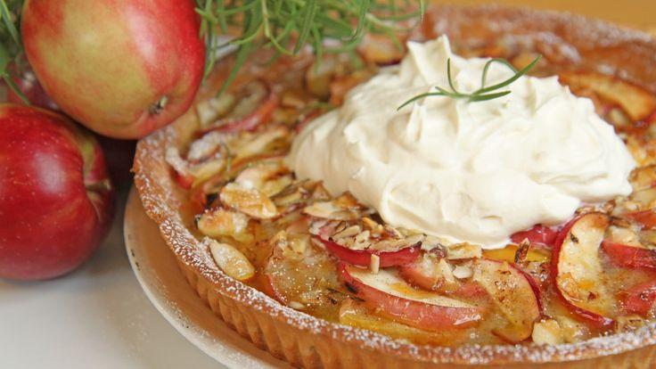 Skjønn epleterte med smak av karamell og rosmarin. Oppskriften får du av Lise Finckenhagen.