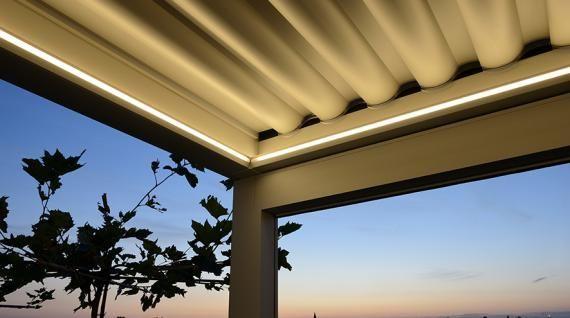 Brustor B 600 terrasoverkapping met verlichting. Op deze foto staan de lamellen van de Brustor B 600 in gesloten toestand