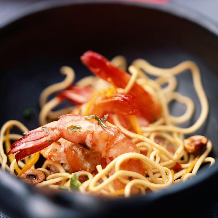 Découvrez la recette Wok de gambas et nouilles sautées sur cuisineactuelle.fr.