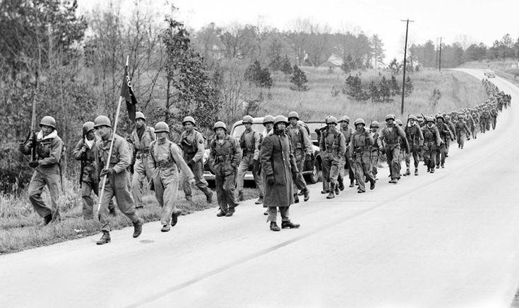 Hommes du 506e PIR, 101e division aéroportée, au cours de la marche de 15 milles du Camp Toccoa à Atlanta aux États-Unis, en 1942.