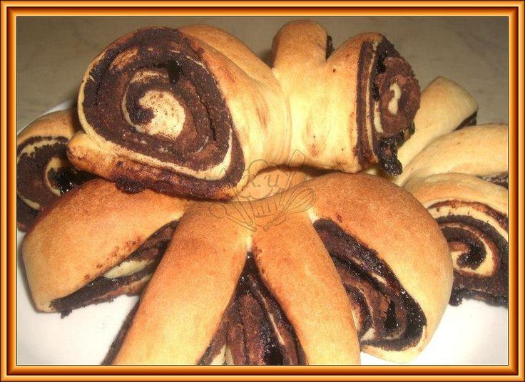 Kakaové vějíře    Těsto:  500g mouka hladká  200ml mléko  25g droždí  1 polévková lžíce medu  1 žloutek  3 polévkové lžíce cukru  70g hera/r...