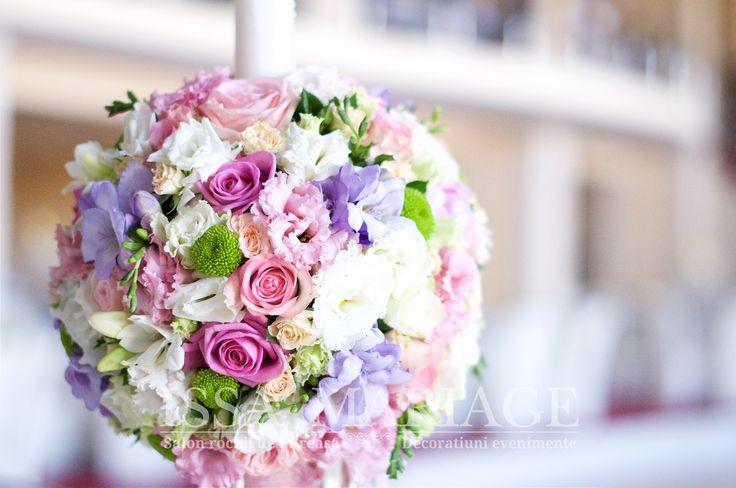 Aranjament floral deosebit cu garoafe olandeze albe lisianthus realizat de IssaMariage