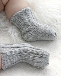 Scarpine ai ferri per neonato a punto coste - Tutorial Italiano: Drops Design, Knits Patterns, Drop Patterns, Diy'S And Crafts, Baby Socks, Drop Design, Baby Knits, Baby Booties, Easiest Baby