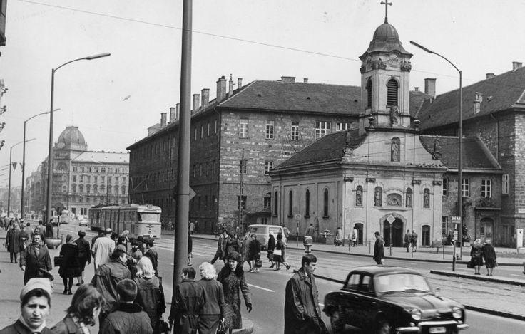 1967, Rákóczi út aSzent Rókus kápolna mellett. A