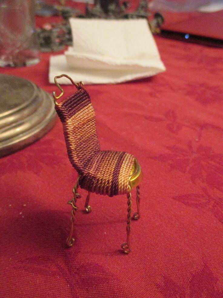 Kuohuviinipullon korkista tehty puutarhatuoli, päällys nylon lankaa.