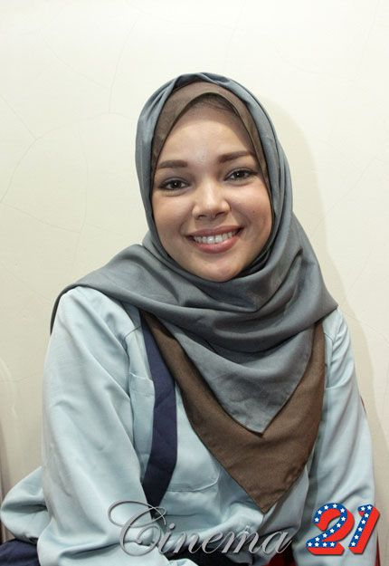 Dewi Sandra ....I love her hijabs color