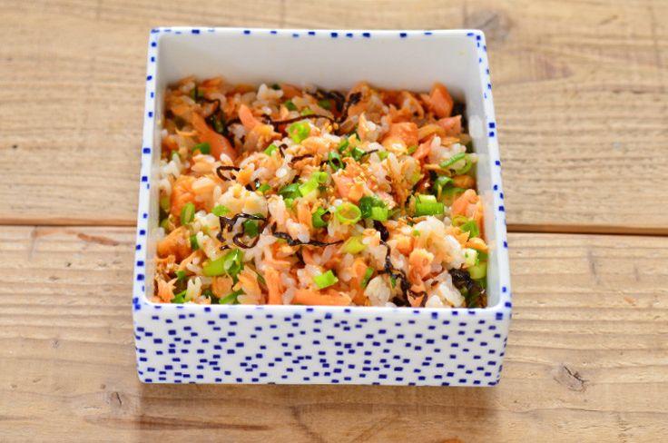 温かいご飯にほぐし鮭や塩昆布などを混ぜるだけの簡単なアレンジごはんです。見た目が華やかでお弁当にもオススメ。朝昼晩、疲れているときや時間がないときにも作れる短時間レシピです。