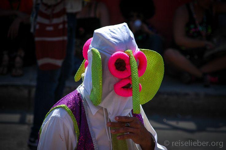 """Trägt seine Pimmel-Nase ursprünglich um die High-Society zu ärgern: Der """"Marimonda""""  #Kolumbien #Karneval #Barranquilla #CarnavaldeBarranquilla #reiselieber  http://www.reiselieber.org/7468-carnaval-barranquilla-kolumbien"""
