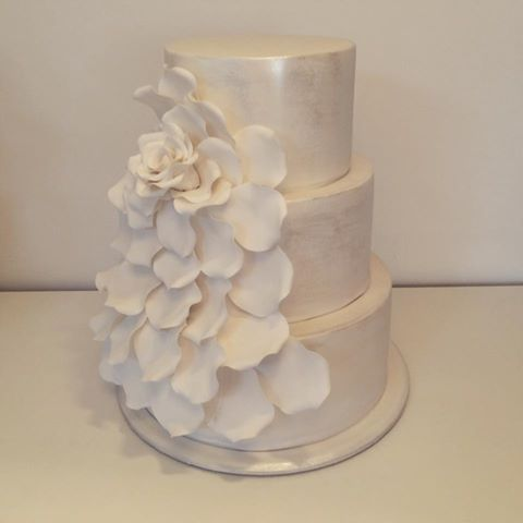 Expanding rose cake, with a touch of shimmer, by @CherryBlossomCakes