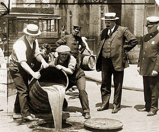 Род Айленд и Коннектикут - единственные штаты, не подписавшие 18-ю поправку, вводящую в 1919 году сухой закон на территории США. География штатов позволяла контрабандистам почти беспрепятственно причаливать и выгружать алкоголь из Канады и с Багамских островов, а чиновникам - делать вид, что они ничего не замечают.  #география #сухойзакон #коннектикут #родайленд #сша #карта_сша #Америка #алкоголь #контрабанда