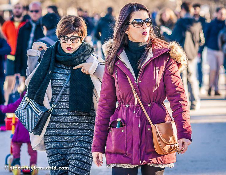 Un abrigo concolorido, sin olvidar el ribete de pelo en la capucha. Un cuello vuelto negro y unas gafas de sol para rematar el estilo.