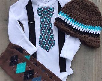 Reportaje de regreso a casa recién / 1ª boda/cumpleaños-mono con Argyle corbata, ligas, polainas, sombrero